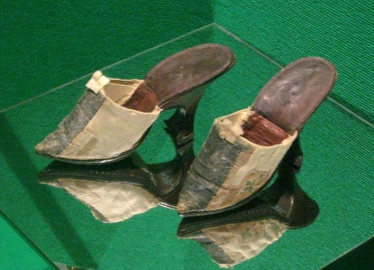 800px-Catherine_great's_shoes (1)